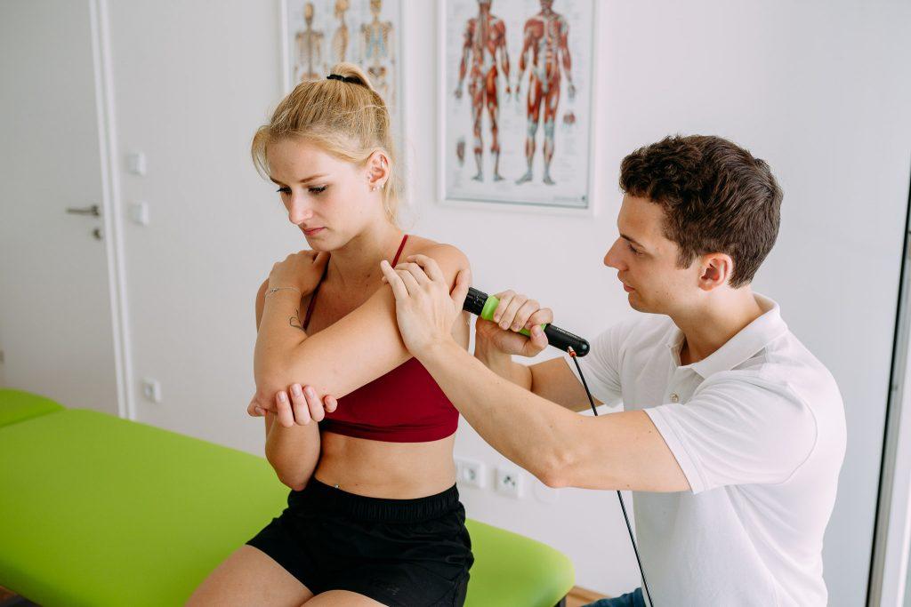 Stoßwellengerät Masterpuls ONE im Einsatz bei morovita Physiotherapie